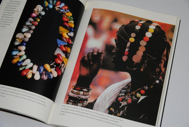 Boek 'One million beads'